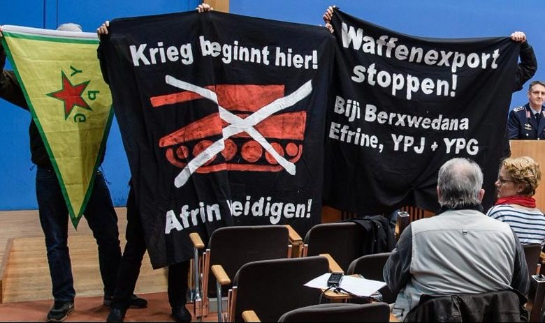 Protestocular Almanya Federal Basın Konferansını bastı